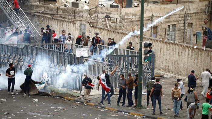الأمن العراقي يقتحم ساحتين لاعتصام المحتجين ببغداد