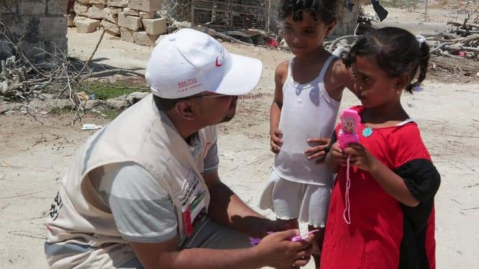 بدعم إماراتي..توزيع مساعدات غذائية جديدة في غيل باوزير بحضرموت (صور)