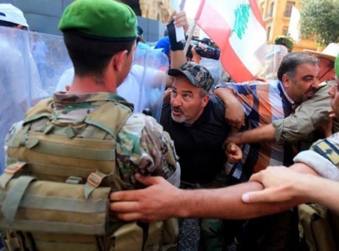 الجيش اللبناني يضبط عسكريًا أصاب أحد المتظاهرين بسلاحه الناري