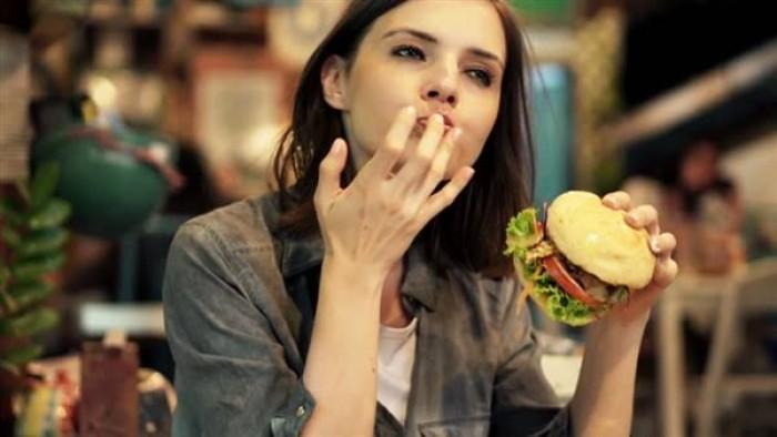دراسة تحذّر النساء من تناول العشاء بعد الـ6 مساءً