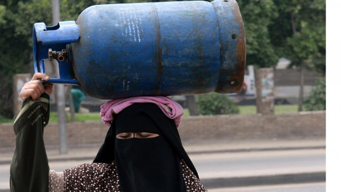 """ندرة أسطوانات الطهي.. المليشيات الحوثية تعيد السكان إلى """"زمن الحطب"""""""