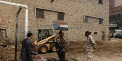 حزام يافع بلحج ينفذ حملة لرفع العشوائيات من سوق المفلحي (صور)