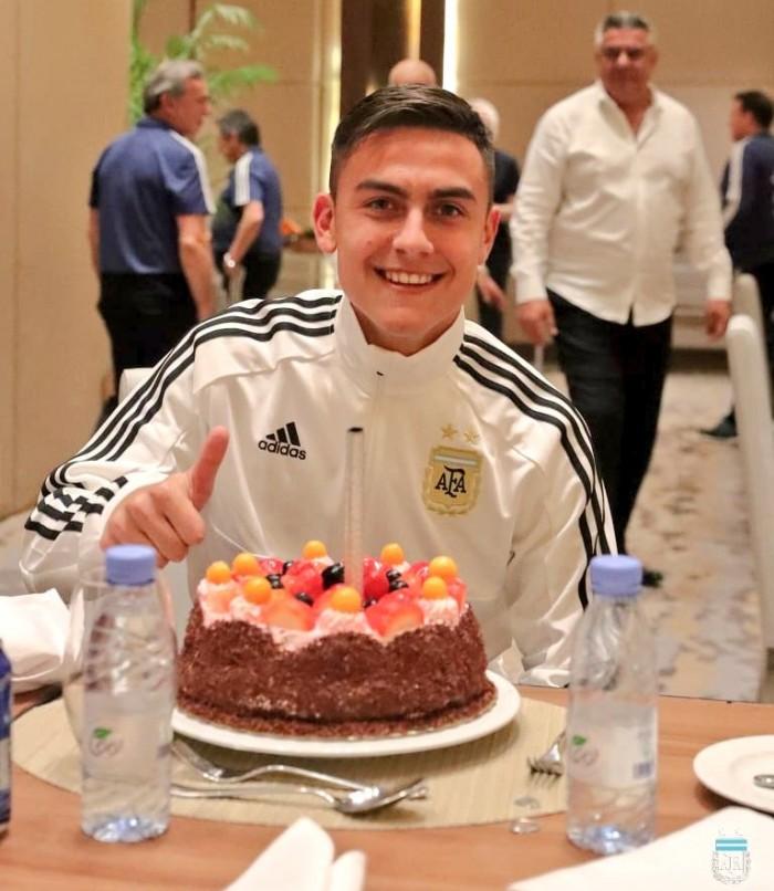 لاعبو منتخب الأرجنتين يحتفلون بعيد ميلاد ديبالا