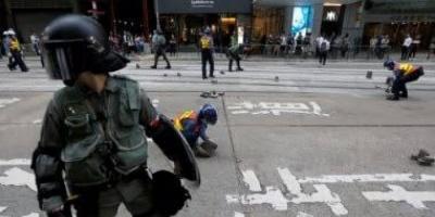 جنود صينيون يشاركون في تنظيف ساحات هونغ كونغ بعد الاحتجاجات