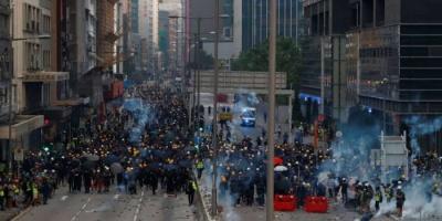 شرطة هونج كونج تفرّق محتجين من خلال الغاز المسيل للدموع