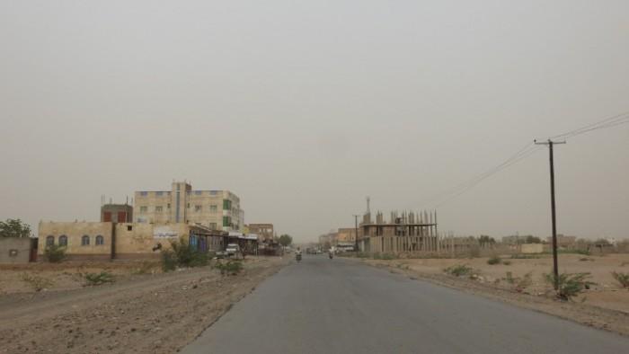 """بالهاون والرشاشات الثقيلة.. إرهابيو الحوثي يعتدون على """"المشتركة"""" في حيس"""
