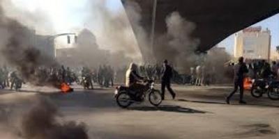الاحتجاجات تمتد إلى 100 منطقة إيرانية ووقوع قتلى في صفوف المتظاهرين