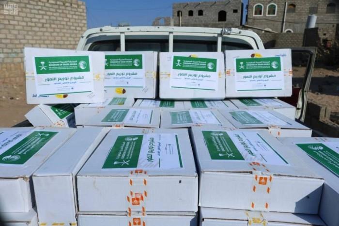 توزيع 4 آلاف كرتون تمور في عدن ومأرب والبيضاء (صور)