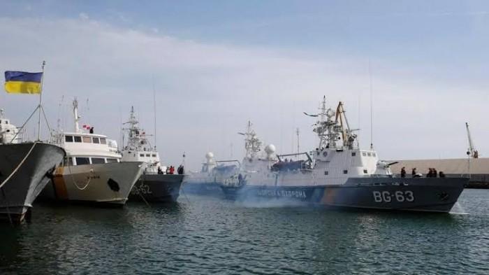بعد احتجازها قرابة عام.. السفن الأوكرانية المحتجزة لدى روسيا تغادر مضيق كيرتش