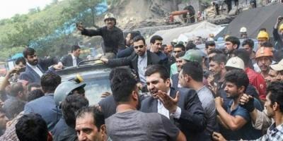 """عراقي يطلب من متظاهرين تحطيم سيارته لأنها """"إيرانية"""" (فيديو)"""