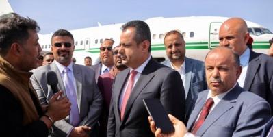 بالصور..وصول رئيس الوزراء اليمني إلى العاصمة عدن
