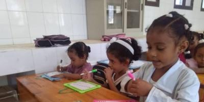 """""""المرأة والطفل"""" بانتقالي لحج توزع أدوات تعليمية على طالبات """"26 سبتمبر"""""""
