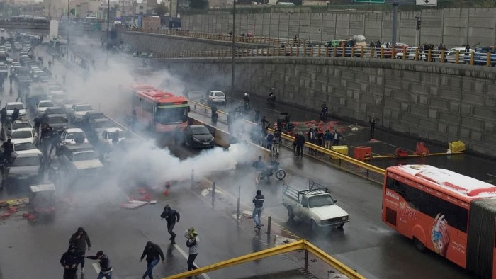 إيران.. إضرام النار في مباني حكومية ومصرفية ومقتل ضابطين في الحرس الثوري