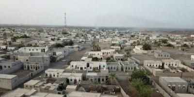 دفعت بتعزيزات إلى المديرية.. مليشيا الحوثي تقصف الدريهمي بالهاون والهاوزر