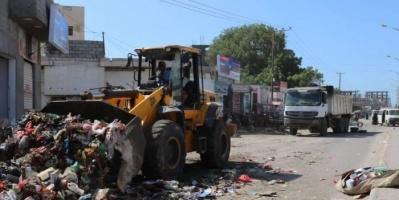 عمال نظافة الشيخ عثمان يتجاهلون دعوات الإضراب (صور)