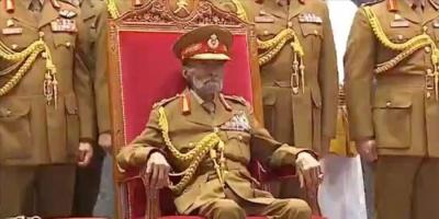 السلطان قابوس يشهد عرضا عسكريا احتفالا بالعيد الوطني الـ 49 لعمان