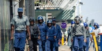شرطة زيمبابوى تستخدم الغاز المسيل للدموع والهراوات لتفريق تجمعات للمعارضة