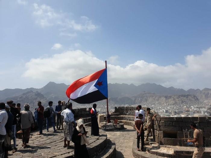 شاهد.. مقطع يُبرز رفع أكبر علم جنوبي في قلعة صيرة التاريخية