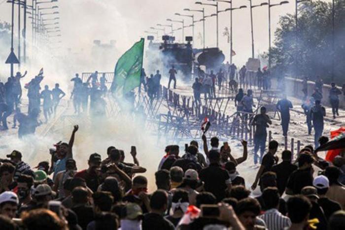 الأمن العراقي يطلق الرصاص الحي وقنابل الغاز لتفريق المتظاهرين في بغداد