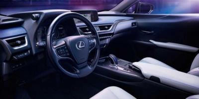 لكزس تكشف النقاب رسميا عن سيارتها الكهربائية UX 300e