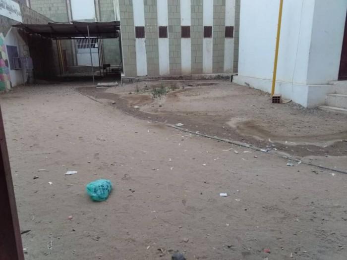 مدرسة خديجة للبنات بلحج تعاني من كارثة صحية