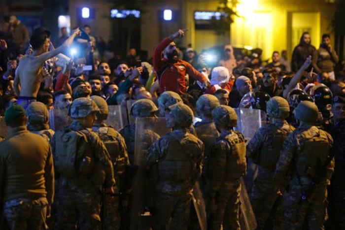 اشتباكات عنيفة بين المتظاهرين وأنصار حزب الله في لبنان.. والجيش يتدخل