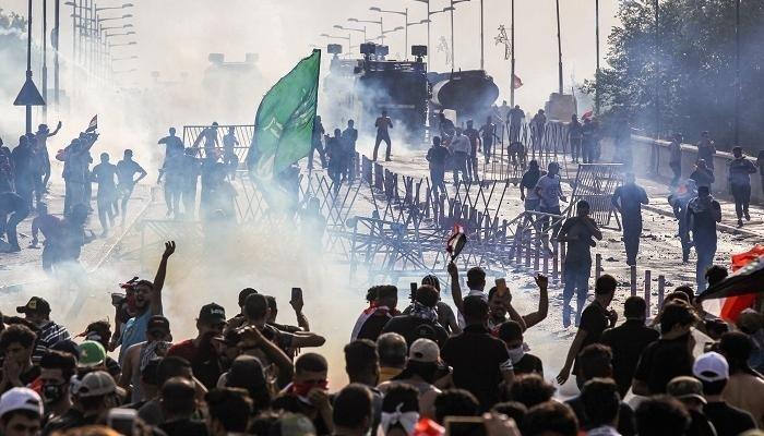 محتجون عراقيون يواصلون التصعيد بإغلاق الطرق في بغداد