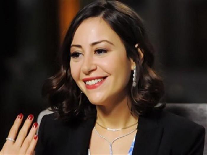 بعد شيرين.. منة شلبي تقبل يد معجب خلال فعاليات مهرجان القاهرة السينمائي