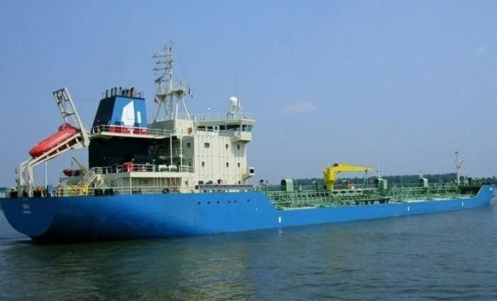 لتشغيل محطات الكهرباء.. باخرة محملة بالديزل تصل ميناء الزيت