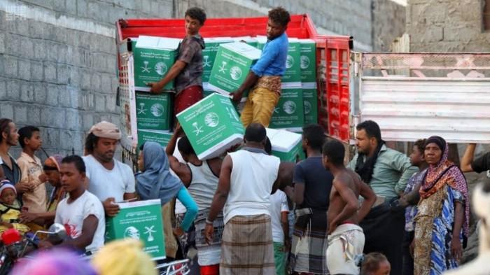 مئات السلال الغذائية من السعودية لسكان تعز وعدن (صور)