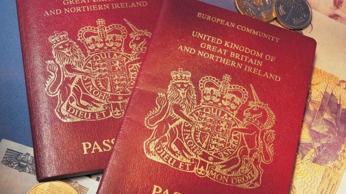 """قصة بريطاني في سجون الحوثي.. عندما يكون """"جواز السفر"""" أداة اتهام"""