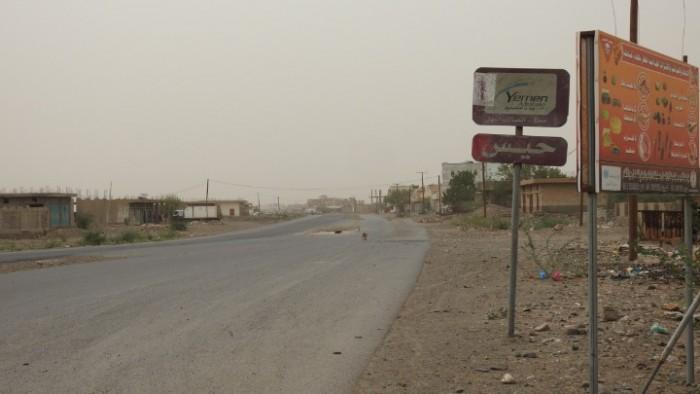 بأسلحة رشاشة وقذائف.. مليشيا الحوثي تقصف المنازل بحيس