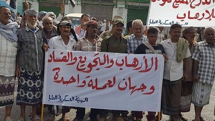 """لليوم الثامن.. """"الشرعية"""" تتجاهل وعودها لمعتصمي العسكريين المتقاعدين"""