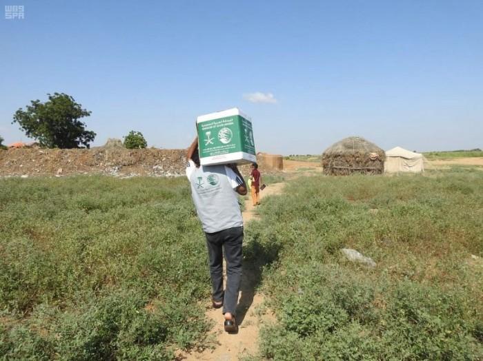 """""""سلمان للإغاثة"""": توزيع 890 سلة غذاء في 17 تجمعا سكنيا (صور)"""