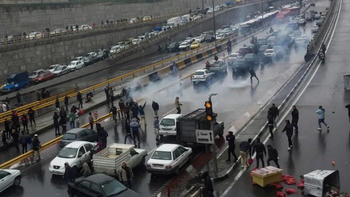 """نيويورك تايمز: احتجاجات إيران الأخيرة كانت """"الأكثر دموية"""" منذ 40 عامًا"""