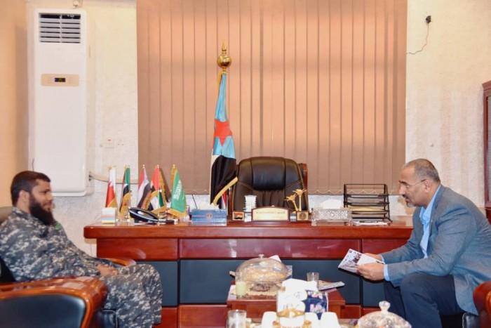 أشاد بأداء منتسبيه.. الرئيس الزُبيدي يلتقي قائد لواء حماية المنشآت الحكومية