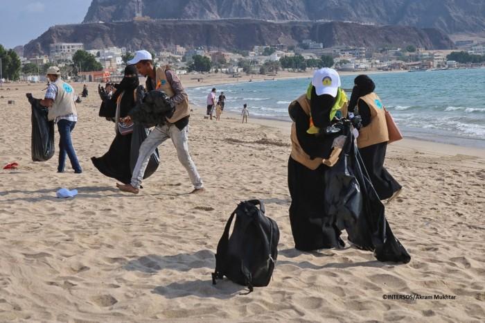 حملة من مفوضية اللاجئين لتنظيف شاطئ البريقة