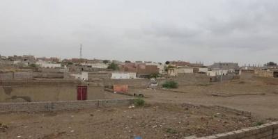 قذائف الحوثي تهدد المواطنين بمنازلهم في حيس والتحيتا