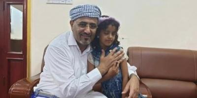 الرئيس الزُبيدي يلتقي الطفلة رحاب ويتكفل بعلاجها