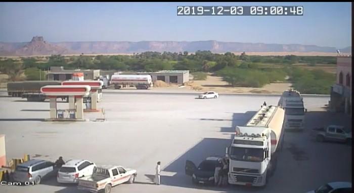شاهد.. مسلحان يقتلان سائقاً بوضح النهار في وادي حضرموت