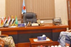 الزُبيدي يناقش مستجدات الأوضاع العسكرية بجبهات القتال في أبين