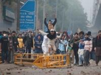 كر وفر بين الشرطة الهندية والمحتجين بسبب مشروع قانون حول الجنسية (صور)