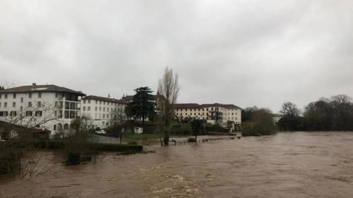 رياح عاتية وفيضانات.. مصرع شخصين وانقطاع الكهرباء بفرنسا