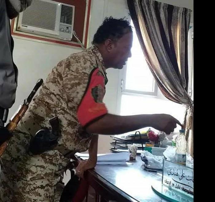 قيادي حوثي يعتدي على مديرة مرفق صحي في الحديدة