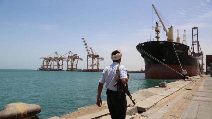عرقلة إيرادات ميناء الحديدة.. صفعة حوثية للاقتصاد وأخرى للإنسانية
