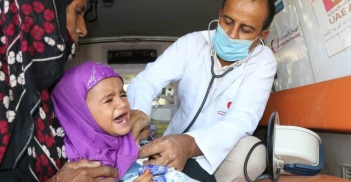 """أدوية حوثية تكافحها الإمارات.. """"هلال الخير"""" يداوي الجراح"""