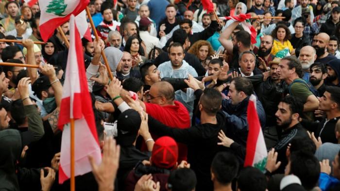 """لبنان.. تدافع وتوتر بين المتظاهرين المعترضين على """"دياب"""" وقوات الأمن اللبناني"""