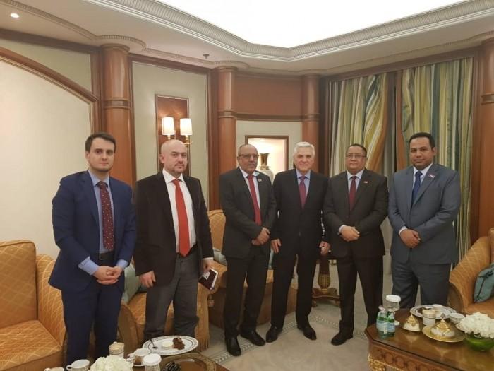 خلال لقائه الخبجي.. سفير روسيا باليمن يشيد بتعاون الانتقالي لتنفيذ اتفاق الرياض