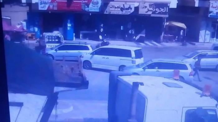 الإطاحة بعصابة تسطو على المواطنين أمام محلات الصرافة بالمكلا (صور)