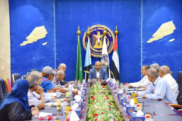 الرئيس الزُبيدي يستدعي خبراء لمواجهة التدهور الاقتصادي